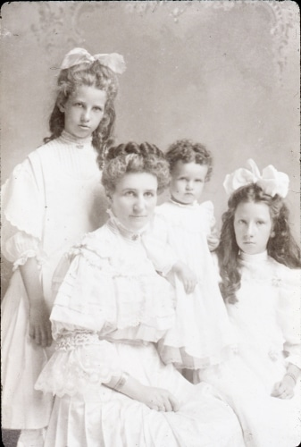 Photo portrait of woman with three girls in white dresses